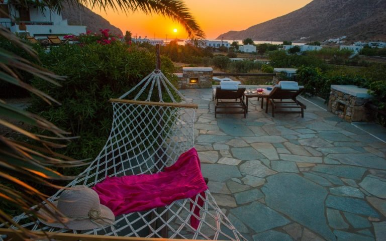 Sunbeds with seaview in Kamares Sifnos